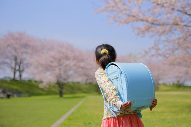 青いランドセルを担いだ女の子