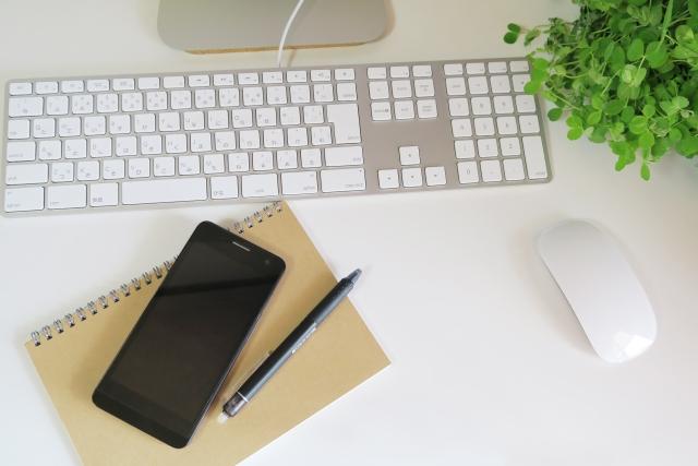 パソコンとスマートフォンと筆記用具